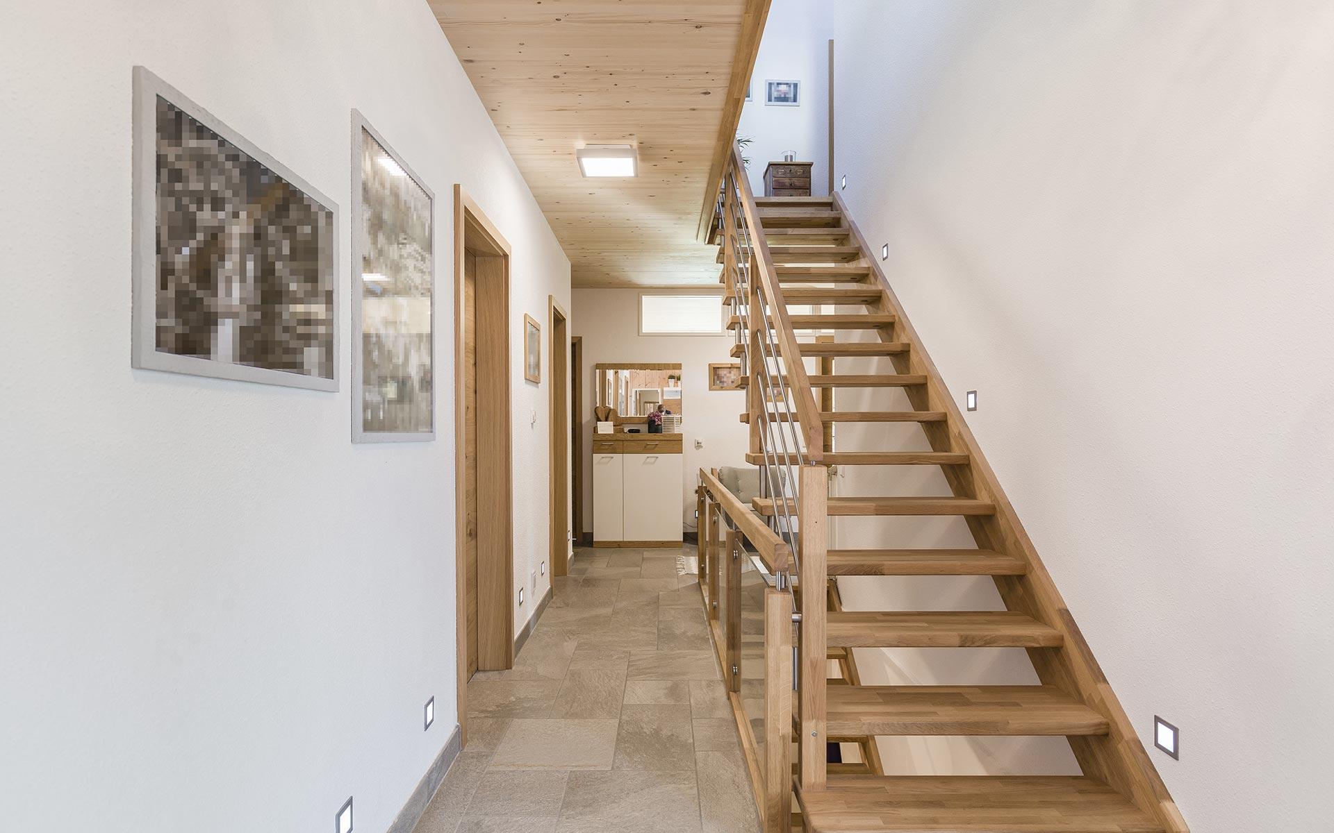 Eingangsbereich mit verputzten Holzwänden im Vollholzwandsystem