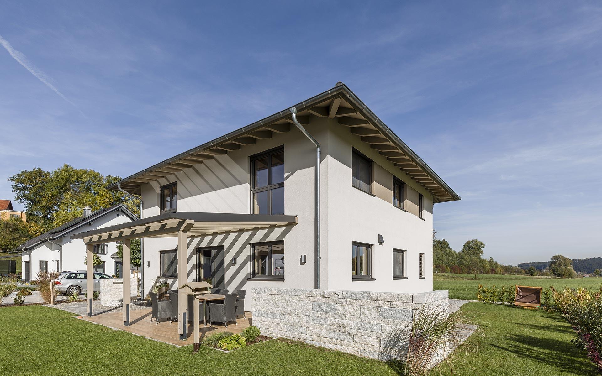 Modernes Massivholzhaus von syno-r mit Terrassenüberdachung